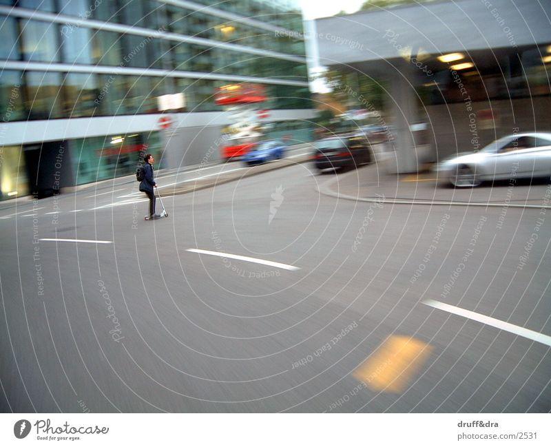 trottinett in aktion Straße Verkehr unterwegs Tretroller