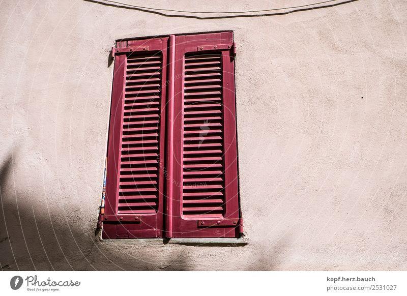 Klappe zu alt Stadt rot Haus Einsamkeit ruhig Fenster Wand Mauer Fassade Häusliches Leben ästhetisch warten einzigartig Neugier Schutz