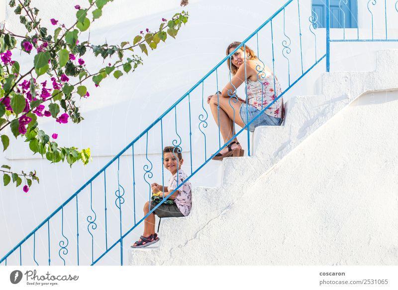 Mutter und Sohn auf einer weißen Treppe mit blauem Geländer Lifestyle Stil Freude Glück schön Spielen Haus Kind Mensch Baby Junge Frau Erwachsene