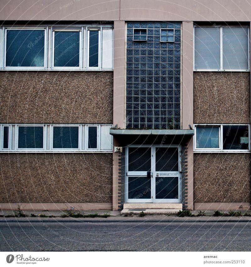 Rezession Menschenleer Haus Bauwerk Gebäude Architektur Mauer Wand Fenster Tür Krise Bürogebäude Leerstand Farbfoto Außenaufnahme Tag