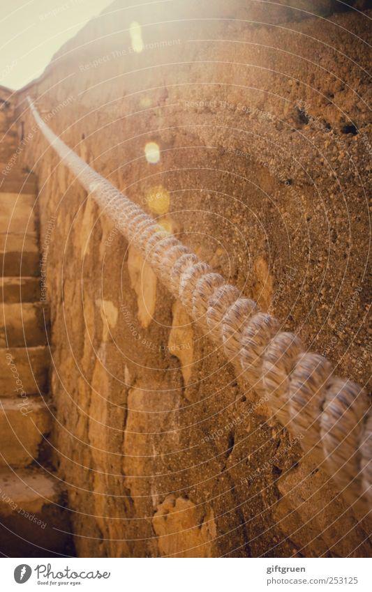 into the sun Mauer Wand Treppe hell Geländer Seil festhalten aufwärts Perspektive Stein Steinmauer Treppengeländer Bauwerk einfach Sonnenlicht Farbfoto