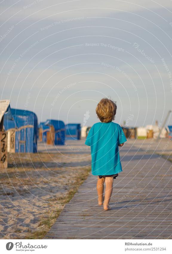 Kind läuft am strand Mensch Himmel Natur Ferien & Urlaub & Reisen Sommer Landschaft Meer Strand Lifestyle Umwelt Wege & Pfade natürlich Glück Junge gehen