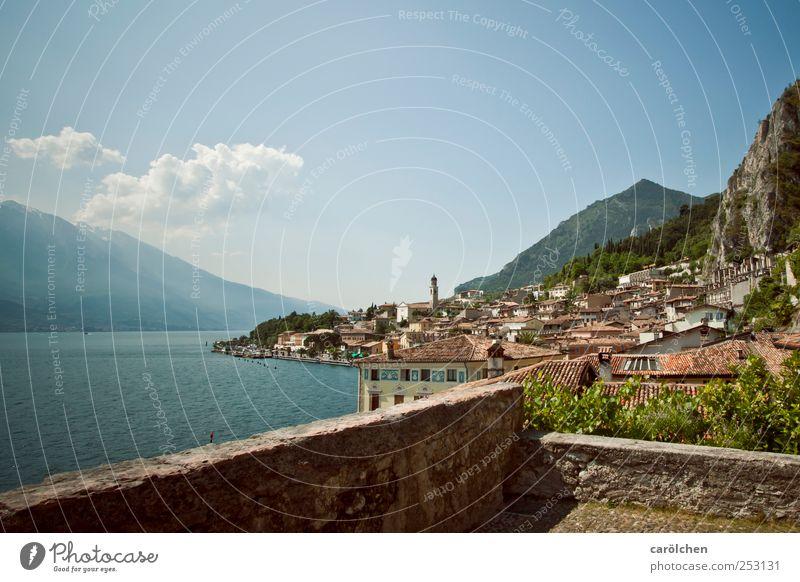 Gardasee Dorf Kleinstadt Menschenleer Mauer Wand blau Limone See Berge u. Gebirge Berghang Farbfoto mehrfarbig Außenaufnahme Tag Weitwinkel