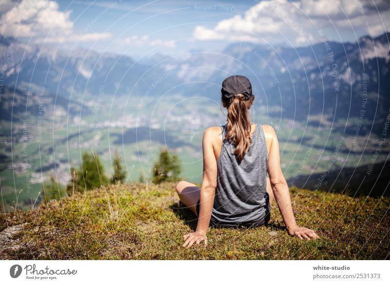 Ausblick Frau Erholung ruhig Berge u. Gebirge Erwachsene feminin Zufriedenheit wandern Aussicht sitzen genießen Gipfel Wohlgefühl Sommerurlaub Mütze Bergsteigen
