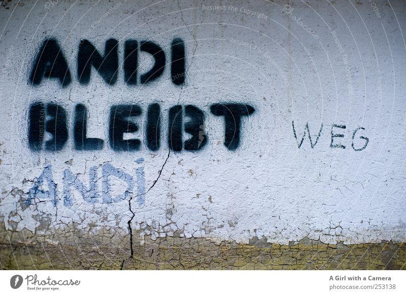 wat jetz? Stadtzentrum Haus Mauer Wand Fassade alt außergewöhnlich Coolness hässlich trendy Riss kommen Aufenthalt gehen Andi Graffiti Kunst Aussage