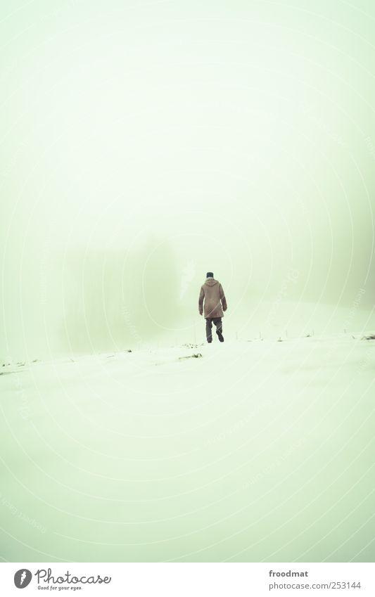 orientierungslos Mensch Mann Winter ruhig Erwachsene Einsamkeit kalt Schnee Umwelt Berge u. Gebirge Wege & Pfade träumen Luft Angst Nebel wandern