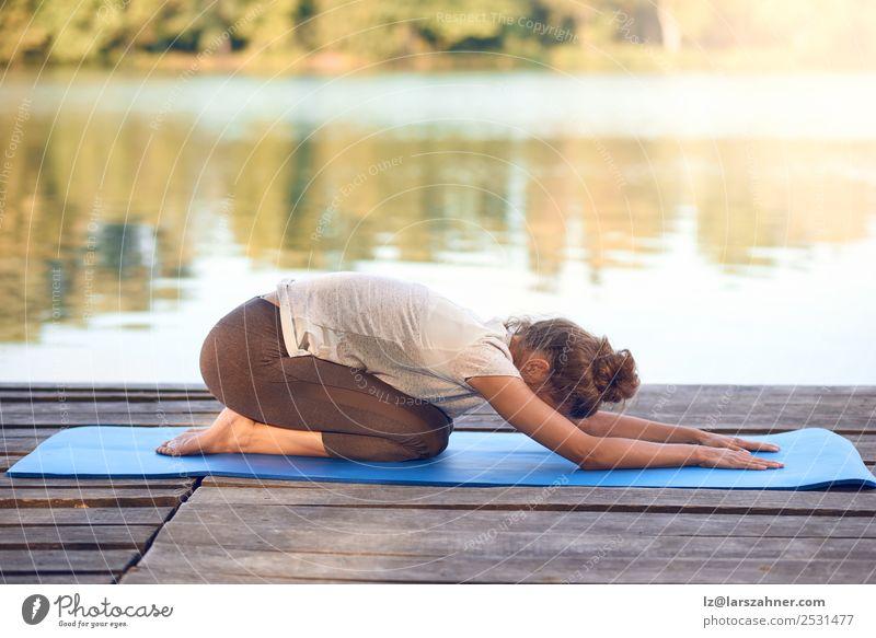 Attraktive Frau beim Training auf einem Holzdeck Lifestyle Glück Körper Wellness Meditation Sommer Meer Yoga Erwachsene 1 Mensch 18-30 Jahre Jugendliche Natur