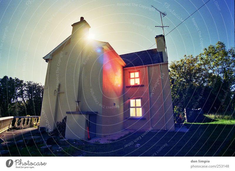staffhouse-drumsheel 2 Haus Garten Stimmung hell Wohnung Häusliches Leben leuchten Dorf analog Republik Irland bevölkert Einfamilienhaus Hausmauer Vollmond