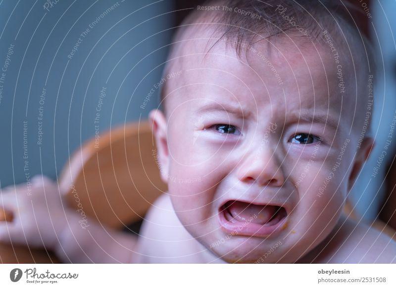 Baby sitzt traurig und weint im Zimmer. Lifestyle Mensch Kopf Gesicht Auge 1 0-12 Monate sitzen Farbfoto