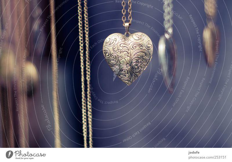 heute: mit Herz Liebe Metall Freundschaft Herz gold Gold Geschenk Hoffnung Kitsch Zeichen Schmuck Kette Tradition Verliebtheit Schnörkel Schmuckanhänger