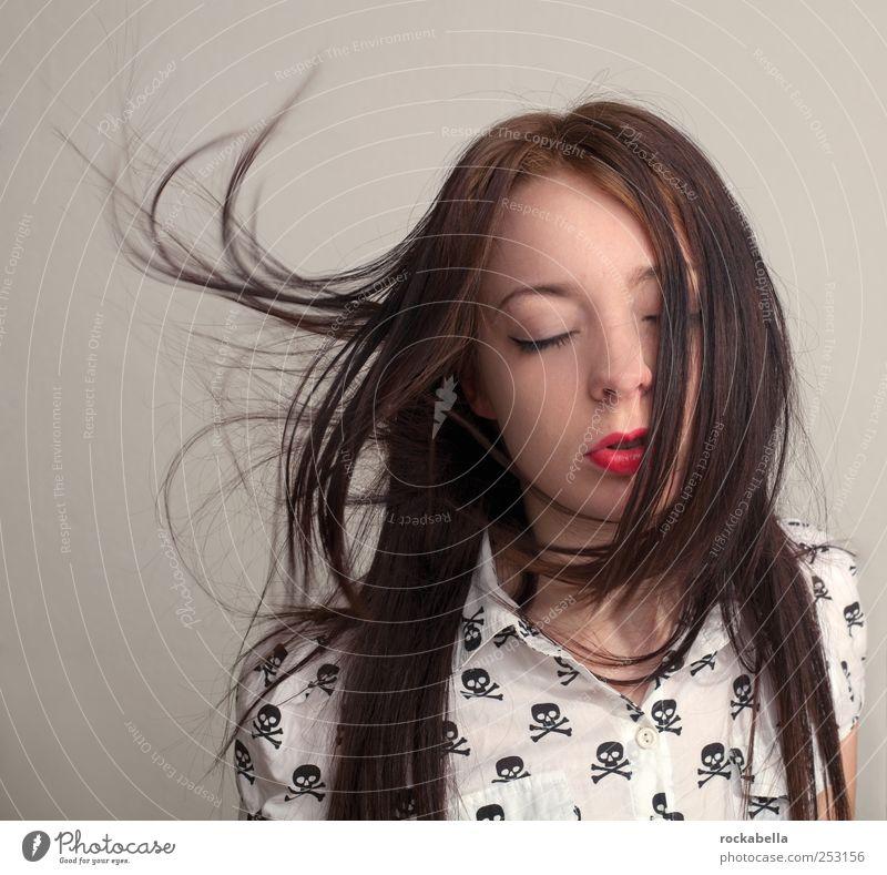 skull and gently. feminin Junge Frau Jugendliche 1 Mensch 18-30 Jahre Erwachsene Mode Bekleidung Hemd brünett langhaarig ästhetisch elegant schön einzigartig
