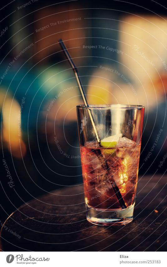 I need a drink right now Glas Getränk Tisch Bar lecker Cocktail Alkohol Trinkhalm Erfrischungsgetränk Limone Spirituosen Eiswürfel Longdrink