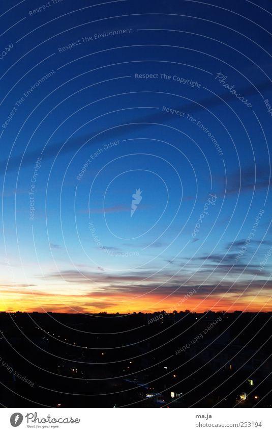 Am Fenster Himmel Wolken Sonnenaufgang Sonnenuntergang Schönes Wetter Stadt blau schwarz orange Farbfoto Außenaufnahme Textfreiraum oben Abend
