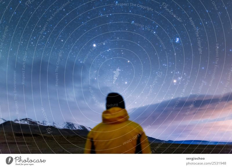 Sternenbeobachtung Berge u. Gebirge wandern Junger Mann Jugendliche Rücken 1 Mensch Wolken Herbst Schönes Wetter Felsen Gipfel Schneebedeckte Gipfel Weisheit
