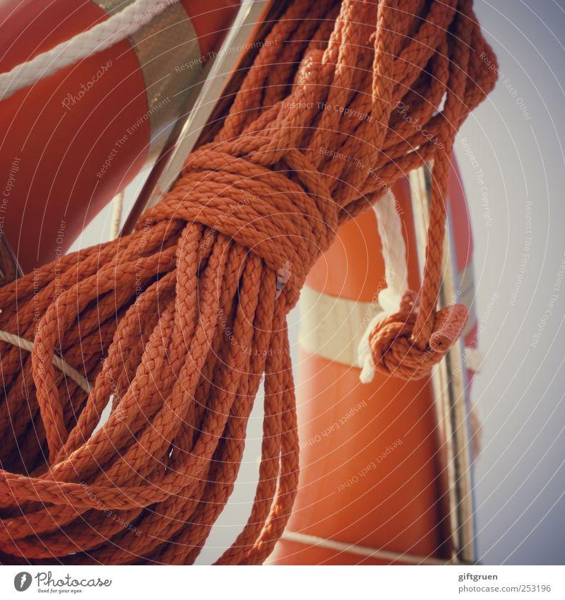 sicher ist sicher orange Wasserfahrzeug Seil gefährlich Sicherheit Güterverkehr & Logistik Schifffahrt Risiko Rettung retten Knoten Rettungsring Bootsfahrt