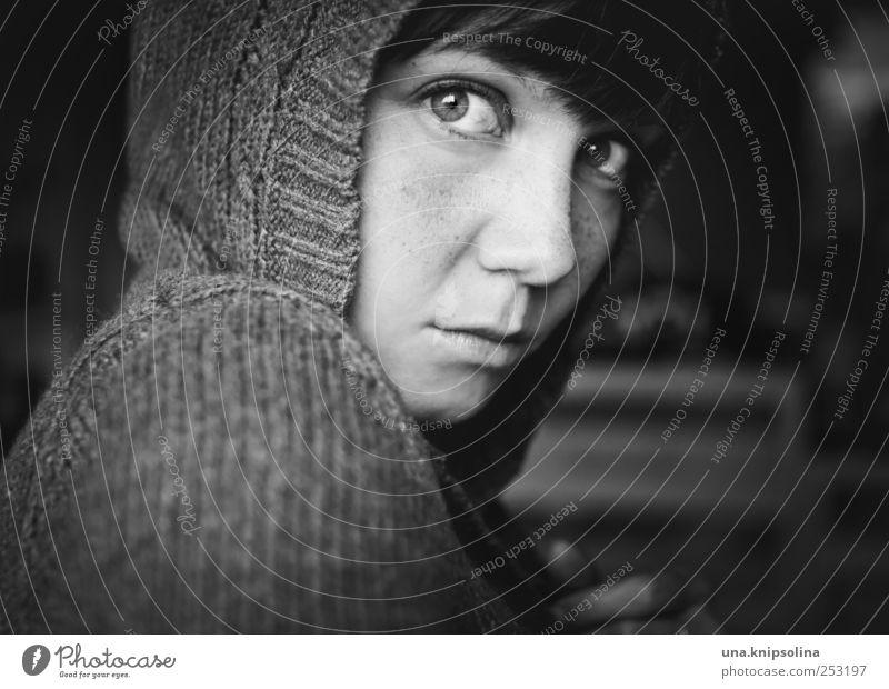 did you see the light in my heart? Frau Jugendliche ruhig feminin dunkel Gefühle Erwachsene Traurigkeit Stimmung Mode Sicherheit Hoffnung Warmherzigkeit Schutz