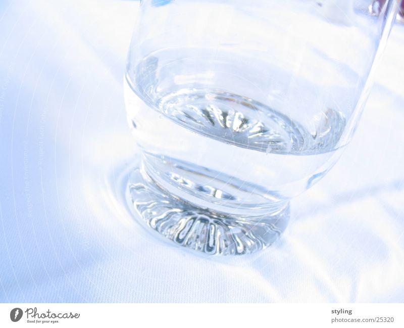 Wasser im Glas kalt weiß Alkohol Klarheit hell blau Lichterscheinung