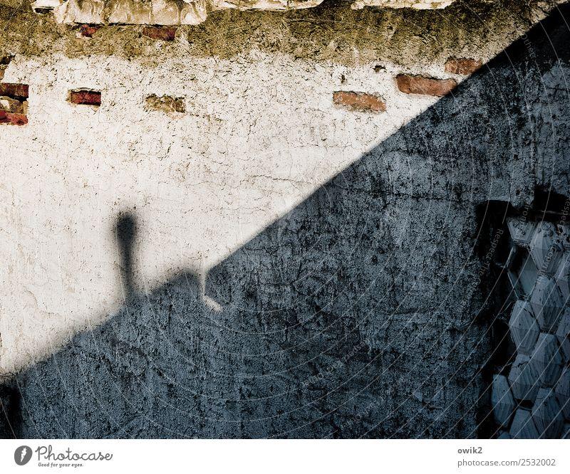 Halbschatten Mauer Wand Fassade Schornstein alt trashig trist trocken Stadt Verfall Vergänglichkeit verfallen Backstein Zahn der Zeit Putz Putzfassade diagonal