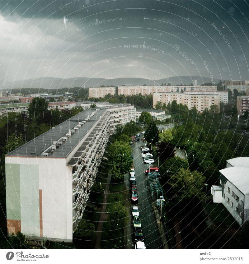 Nass und grün Wassertropfen Himmel Wolken Horizont Regen Baum Sträucher Hügel Bautzen Lausitz Deutschland Haus Gebäude Plattenbau Fassade Balkon Fenster Dach