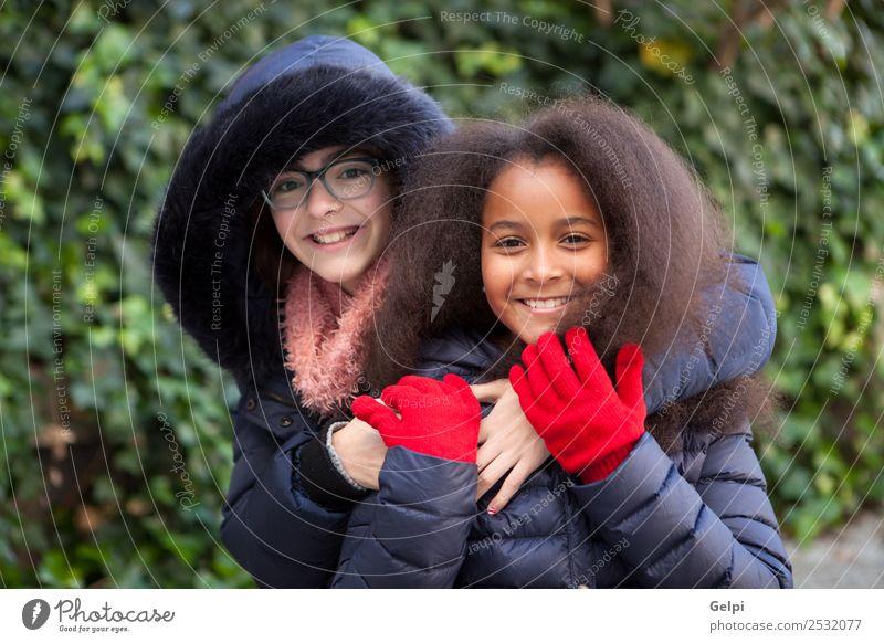 Kind Mensch schön rot Freude Winter Gesicht Familie & Verwandtschaft Glück klein Zusammensein Freundschaft Park Kindheit Lächeln Fröhlichkeit