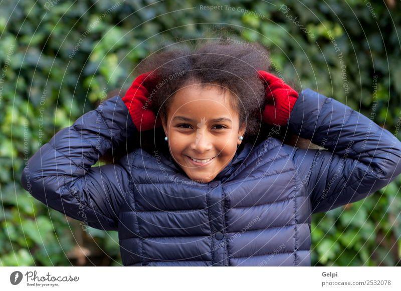 Hübsches Mädchen mit langem Afrohaar. Glück schön Gesicht Winter Garten Kind Mensch Frau Erwachsene Kindheit Park Mantel brünett Afro-Look Lächeln Fröhlichkeit