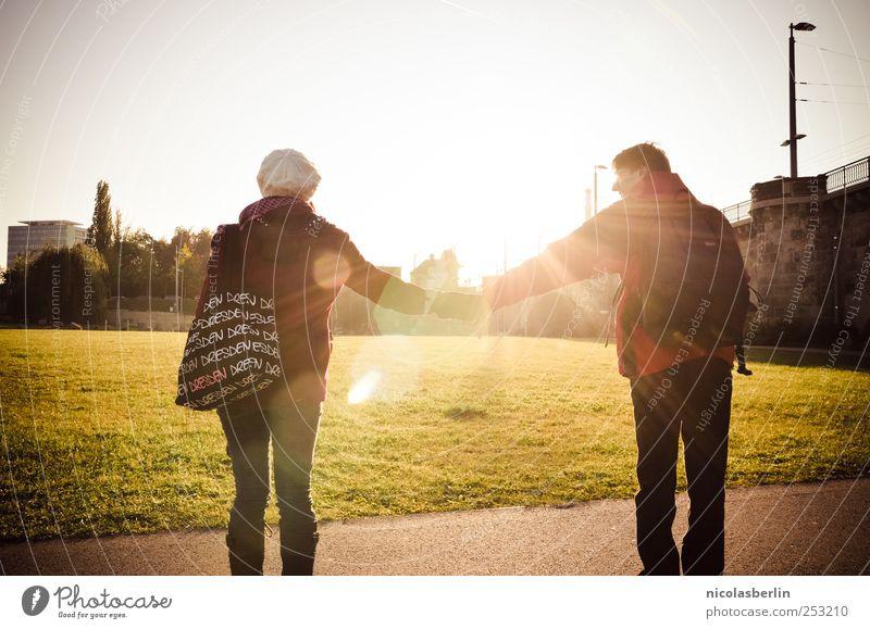 DD 11 | Happiness Freude Ferien & Urlaub & Reisen maskulin Junge Frau Jugendliche Junger Mann Paar Partner Leben 2 Mensch 18-30 Jahre Erwachsene festhalten
