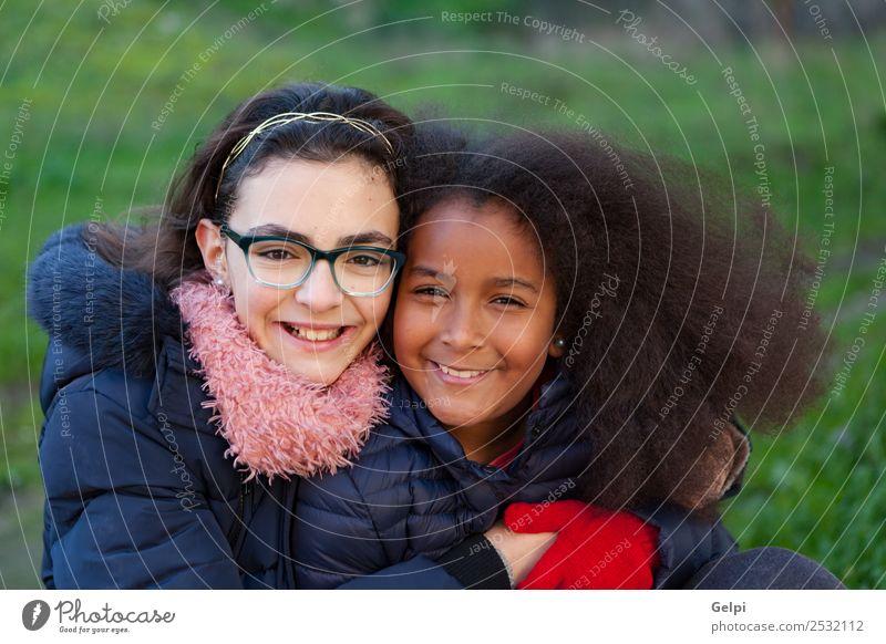Kind Mensch schön grün Freude Winter Gesicht Familie & Verwandtschaft Glück Gras klein Zusammensein Freundschaft Park Kindheit Lächeln