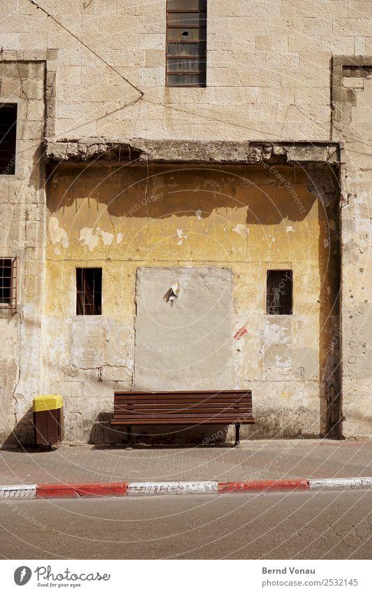 Wartezone Jaffa Israel Stadt Stadtzentrum Mauer Wand Fassade Fenster Verkehrswege Fußgänger Straße alt hell Bank warten Müllbehälter Beton Verfall Armut einfach