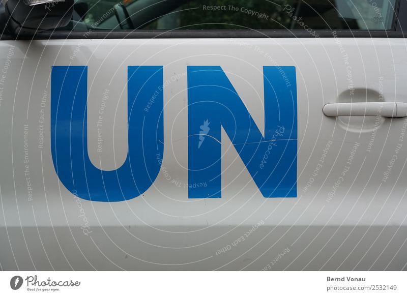 UN NU? Verkehrsmittel Autofahren Fahrzeug PKW hell Politik & Staat Buchstaben Blauhelme Israel Kratzer Autotür Einsatz Naher und Mittlerer Osten Farbfoto