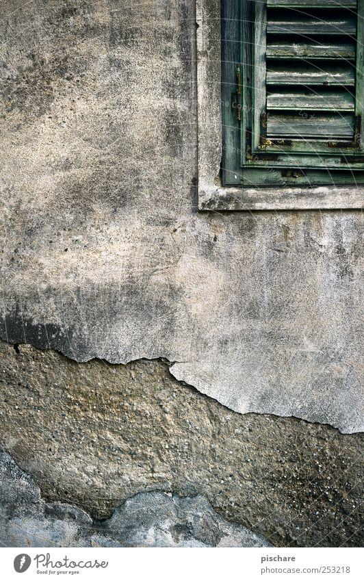 ne Wand Mauer Fassade Fenster kaputt trist Verfall Fensterladen Farbfoto Außenaufnahme Strukturen & Formen Textfreiraum links Textfreiraum oben
