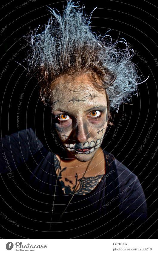 Zombie Mensch Frau blau weiß schwarz Gesicht Erwachsene dunkel Kopf Haare & Frisuren Angst außergewöhnlich verrückt bedrohlich beobachten gruselig