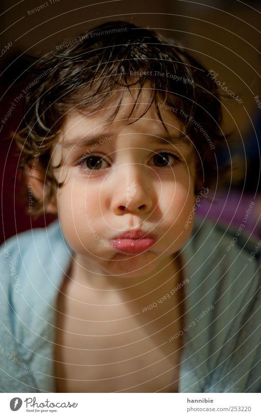 au backe Mensch Kind Junge Kindheit 1 3-8 Jahre brünett Blick frech lustig nass verrückt blau rosa schwarz Freude Fröhlichkeit Bademantel Lippen Wange Unsinn