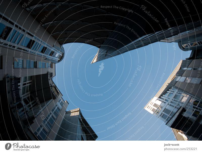 Sonderform Architektur Wolkenloser Himmel Pankow Stadthaus Neubau Fassade Fenster Hinterhof Beton eckig modern oben Spitze blau Stimmung Schutz ästhetisch