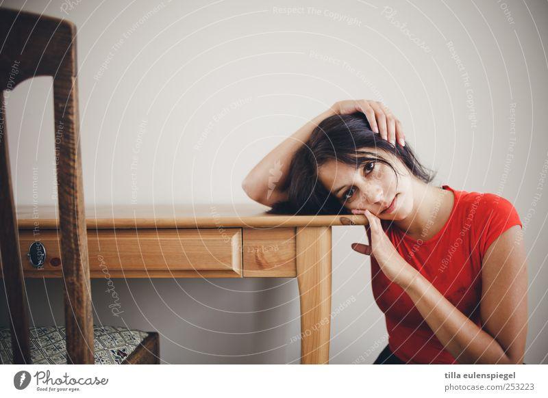 kopflastig. Frau Mensch Jugendliche schön rot ruhig Einsamkeit feminin Gefühle Erwachsene Traurigkeit Stimmung Tisch Stuhl T-Shirt 18-30 Jahre