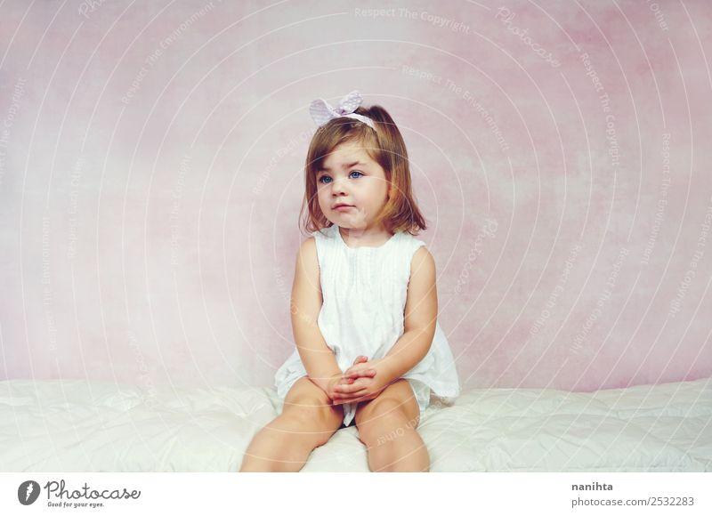 Hübsches kleines Mädchen auf rosa Hintergrund elegant Stil schön Haare & Frisuren Mensch feminin Kind Kleinkind Kindheit 1 1-3 Jahre Mode Kleid Kopftuch blond