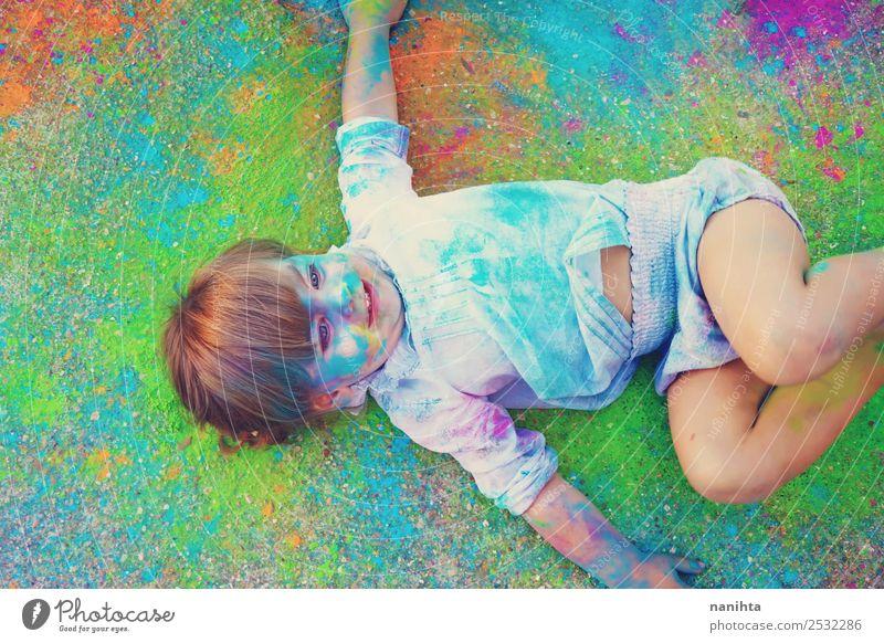 Kleines Mädchen umgeben von Farben Lifestyle Design exotisch Freude Freizeit & Hobby Kinderspiel Mensch feminin Kleinkind Kindheit 1 1-3 Jahre Kunst Künstler