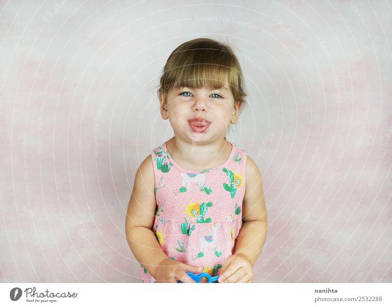 Kleines Mädchen, das seine Zunge herausstreckt. Lifestyle Stil Design Freude Gesicht Kindererziehung Bildung Mensch feminin Kleinkind Kindheit 1 1-3 Jahre Kleid