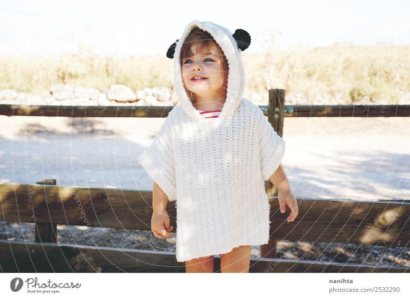 Liebenswertes und glückliches kleines Mädchen Lifestyle Stil Freude Wellness Leben Freizeit & Hobby Kinderspiel Mensch feminin Kleinkind Kindheit 1 1-3 Jahre
