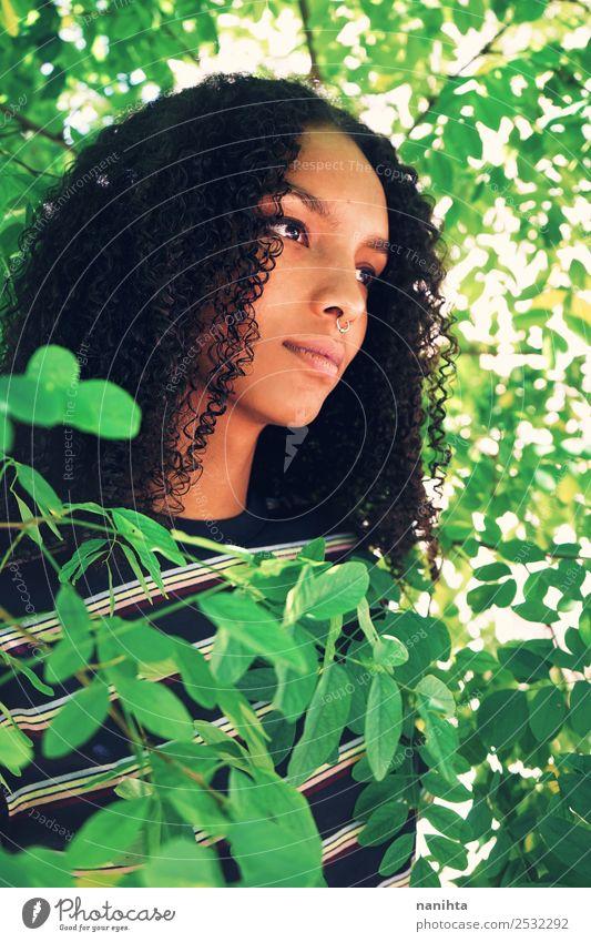 Junge Frau umgeben von grünen Blättern Lifestyle Stil Design schön Haare & Frisuren Haut Gesicht Mensch feminin Jugendliche 1 18-30 Jahre Erwachsene Umwelt