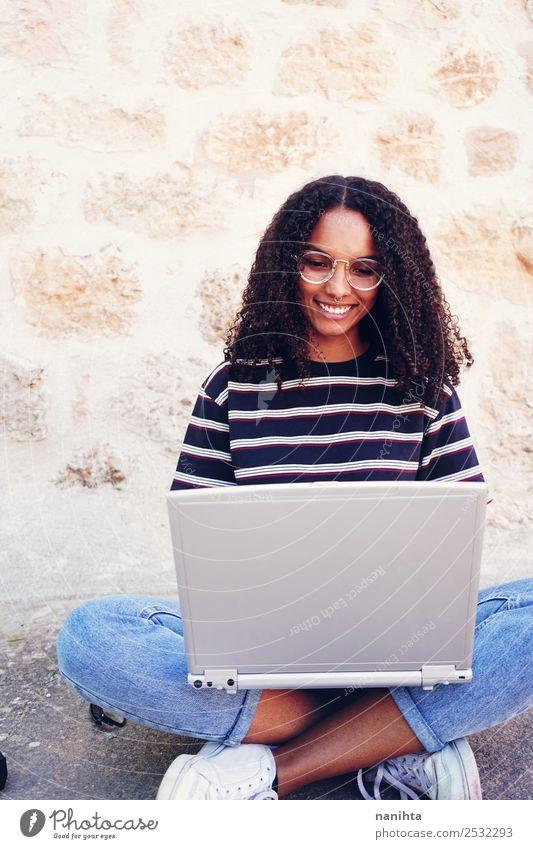 Junge streberische Frau mit ihrem Laptop Lifestyle Stil Design Freude Freizeit & Hobby Bildung Student Arbeit & Erwerbstätigkeit Computer Notebook