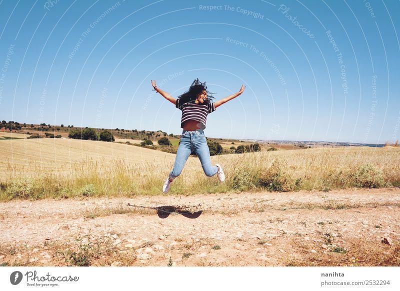Junge Frau beim Springen in der Natur Lifestyle Stil Freude Gesundheit sportlich Wellness Leben Freizeit & Hobby Ferien & Urlaub & Reisen Abenteuer Freiheit