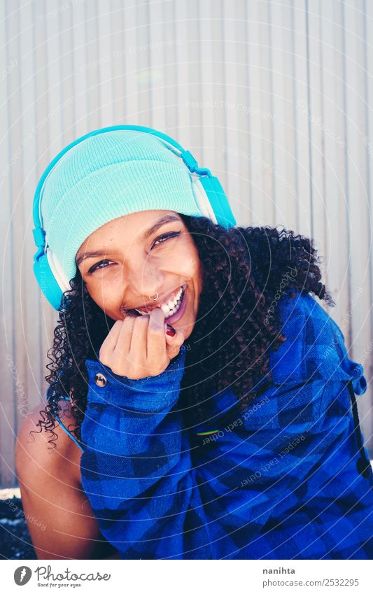 Urbaner Stil junge Frau Lifestyle Freude Haare & Frisuren Wellness Leben Headset Kopfhörer Technik & Technologie Unterhaltungselektronik Mensch feminin