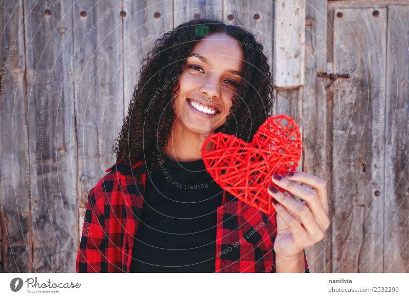 Schöne und glückliche junge Frau, die ein Herz hält. Lifestyle Stil Design Freude schön Mensch feminin Junge Frau Jugendliche 1 13-18 Jahre 18-30 Jahre