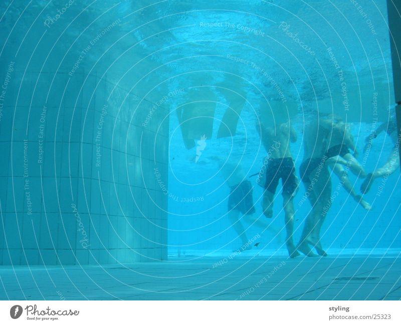 Underwater Wasser blau Sport Junge tief Badehose Unterwasseraufnahme