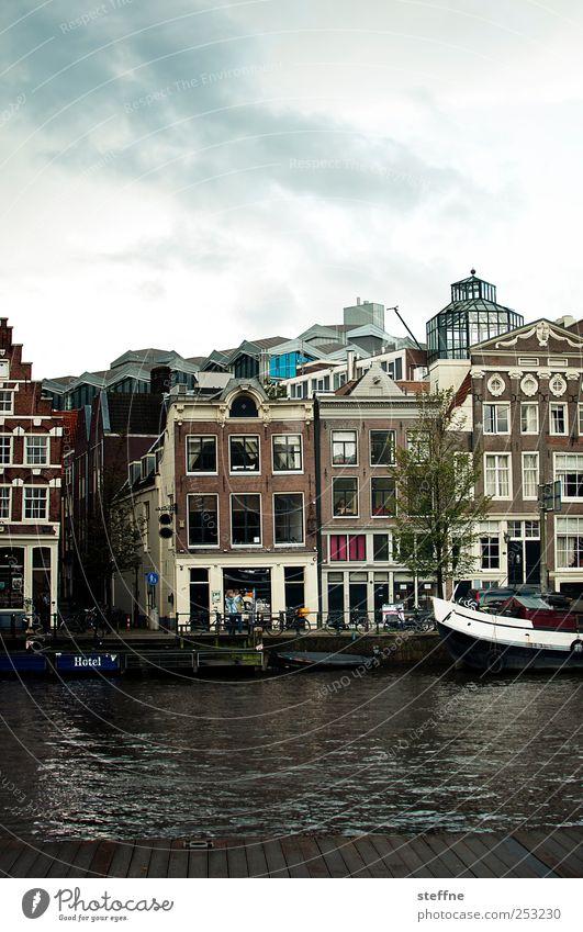 grachtvoll Wasser Amsterdam Niederlande Stadtzentrum Altstadt Haus Fassade Fenster Binnenschifffahrt Bootsfahrt Tourismus Gracht Wasserfahrzeug Farbfoto