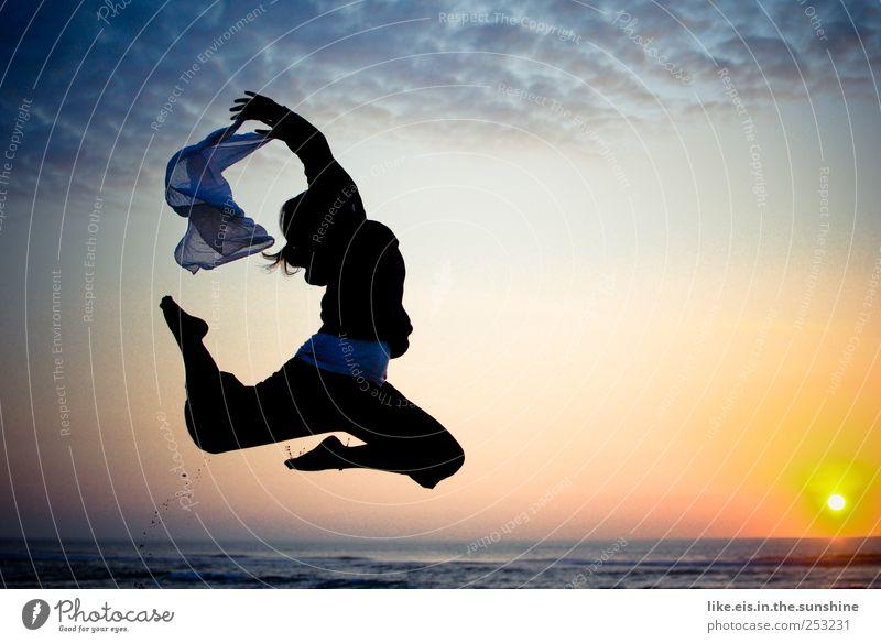 dein flow ist so unwiderstehlich Mensch Frau Ferien & Urlaub & Reisen Meer Strand Freude Erwachsene Leben Bewegung Glück springen Zufriedenheit Tanzen Erfolg Schönes Wetter Lebensfreude