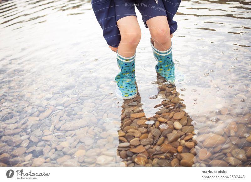 Junge mit Gummistiefel im Wasser Kind Mensch Ferien & Urlaub & Reisen Sommer Ferne Beine Tourismus Spielen Freiheit Fuß See Ausflug Freizeit & Hobby Kindheit