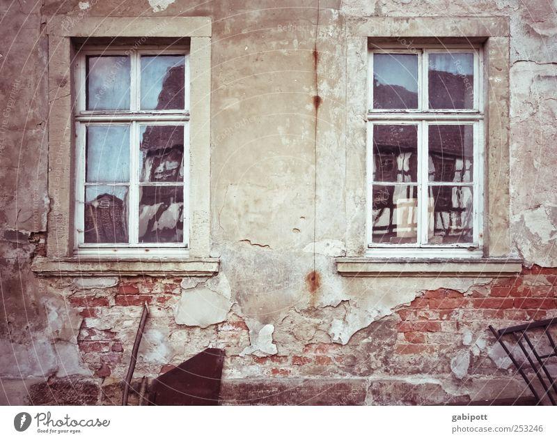 Verputzer gesucht Kleinstadt Altstadt Haus Hütte Gebäude Architektur Mauer Wand Fassade Fenster Stein alt kaputt trashig grau rot Fortschritt Krieg Nostalgie