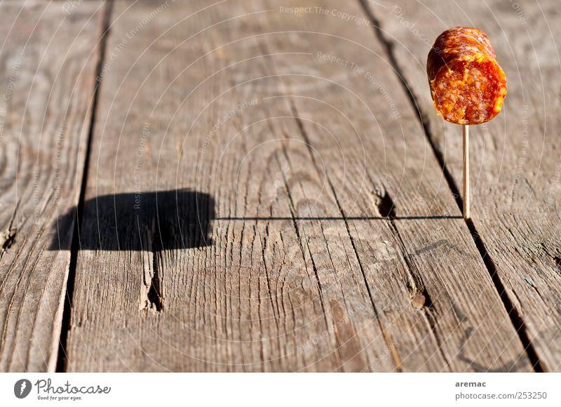 Es geht um die Wurst Lebensmittel Wurstwaren Ernährung Frühstück Mittagessen Abendessen Fingerfood Zahnstocher Holz grau rot Appetit & Hunger Völlerei gefräßig