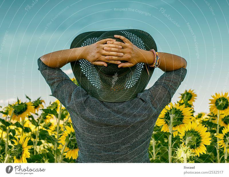 Frau Mensch schön Landschaft Wolken Blatt ruhig Lifestyle Erwachsene gelb feminin Gefühle Glück Tourismus Körper offen